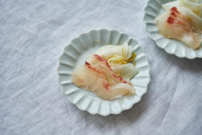 材料は鯛と昆布、粗塩の3つだけ。昆布で鯛をサンドし、1晩置いたら完成です。昆布の旨味が鯛に移り、美味しさをぐっとアップさせています。吟醸酒にぴったり◎
