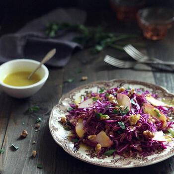 紫キャベツはマリネやザワークラウトなど単品でも絵になりますが、フルーツやナッツと合わせても美味しく食感も良く見栄えもアップします。こちらはリンゴ、クルミ、イタリアンパセリなどを、ハニーマスタードドレッシングでいただく豪華なサラダ。上品な色合いはおもてなしサラダに最適です。