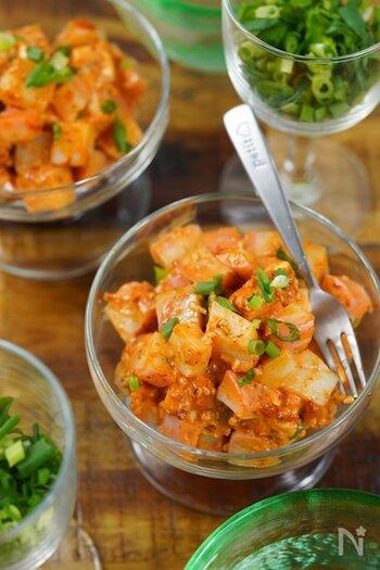 ピリ辛のコチュジャンと、かつお節や白だしを合わせて韓国×和風の味わいに。かまぼこもチーズも角切りにするため、少しずつつまむのにぴったりです。
