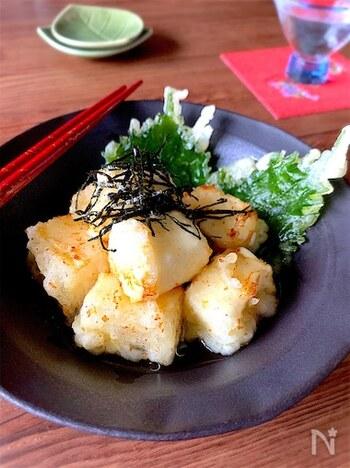 クリームチーズに天ぷら粉をまとわせて揚げた、上品なおつまみです。仕上げにかけた白だしがふわりと香ります。揚げ時間は20〜30秒と短く、さっと揚げるのがポイント。日本酒もチーズも発酵食品なので、相性抜群です◎