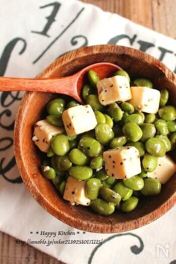 イタリアンな味わいの簡単おつまみ。枝豆とカットしたチーズを混ぜて味付けすれば、あっという間に完成します。枝豆とチーズを一緒にスプーンですくって召し上がれ!