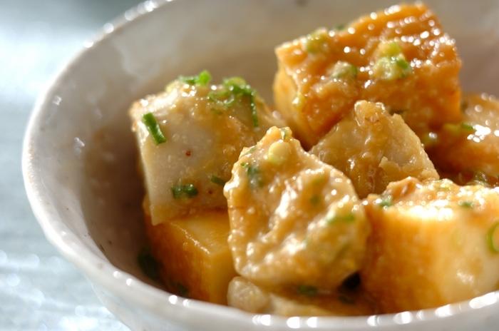 ねっとりとした里芋に、甘辛い味噌ダレがよく絡んで美味しい♪大きめに切った厚揚げも入ってボリューム満点です。里芋はレンジで加熱するので、煮る時間を短縮できます。