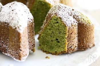 卵黄と生クリームを使ったリッチな生地と濃厚な抹茶の風味がよく合います。同じパウンド生地でも焼く型によって食感や舌触りが変わるのが面白いところ。仕上げに粉糖をふって色のコントラストを楽しんで。