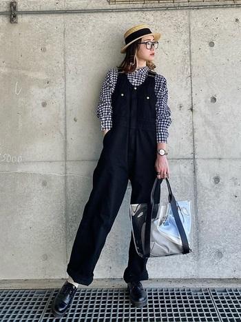 大きめで存在感のあるトート型のクリアバッグ。沢山荷物が入りますが、あえて少量でスッキリと持つ方がおしゃれです。ブラックの引き締めカラーもクリアバッグを持つことで、爽やかに見えますね。