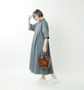 クリアバッグでも落ち着きのあるブラウン系のカラーは、カジュアルな着こなしでも大人っぽいコーデに仕上がります。中身も見えにくいので、さりげないクリア感でトレンドのスタイルを楽しめます。