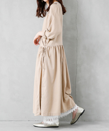 前が重なったカシュクールデザインは、風や体の動きで裾が気になることがありますよね。ペチパンツをレイヤードで合わせれば、そんな心配も無くなります。女性らしいカシュクールワンピースには、同じテイストのペチパンツを合わせると素敵です。