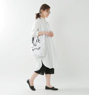 同じブランドからは、ふくらはぎ丈のショートペチパンツも出ています。ゆったりとしたサイズ感と広めの裾が特徴です。ショート丈ならではの足元の抜け感やチュニックとのコーディネートが楽しめます。