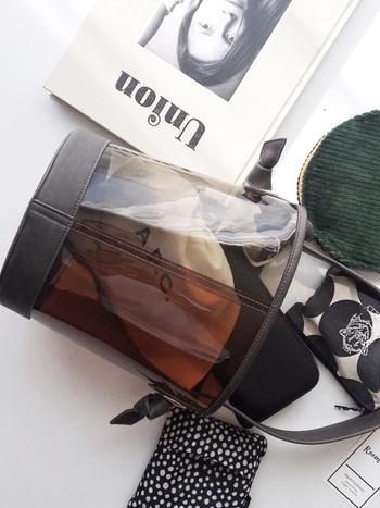 クリアバッグを選ぶときは、できるだけインナーバッグ付きのデザインがおすすめ!中身が見えにくいため、ゴチャゴチャとした印象にならず、スッキリとしたコーデにみせることができます。