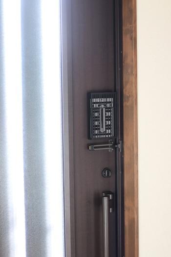 シックなブラックで中身をほどよく隠してくれます。  設置方法は2種類。付属でマグネットシールと紐が付いているので、裏面にマグネットを貼ってドアに設置したり、紐で吊るして使用します。  シーンに合わせて選べるところも魅力ですね。