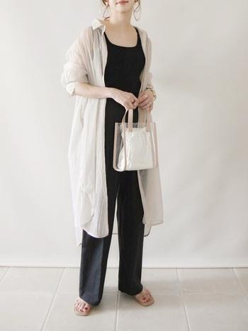 定番のハンドバッグは、どんなスタイルにも活躍させることができるため、ファースト買いにおすすめです。スクエアデザインのクリアバッグは、スッキリとした印象が上がるため、パンツスタイルがかっこよく決まります。