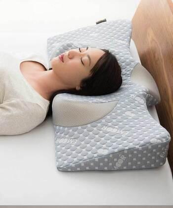 どんな人にもフィットするように作られた特殊形状の枕。仰向け寝や横向き寝・うつ伏せ寝などすべての姿勢に対応しているんだとか。寝具が合っていないと熟睡できないことも多く、とくに枕は頭や首を支える大切なアイテムです。自分にぴったりな枕で、快適な眠りを手に入れましょう。