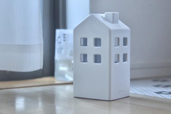 じめじめとして湿気がこもりやすくなる時期は、玄関のニオイも気になるところ。 消臭剤を置きたいけれど、生活感が出てしまうことを懸念して、隠すように置いているというお家も多いのではないでしょうか。  そこで、消臭剤に被せるだけでおしゃれになる「ideaco」の消臭剤カバーを使ってみませんか?