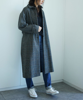 あたたかく高級感のあるハリスツイードのジャケットは、冬のジーンズコーデに欠かせないアイテム。靴にはあえてスニーカーをチョイスして、こなれ感をプラス。