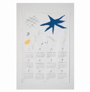 手書きの絵と文字がかわいらしい、ファブリックカレンダー。ナチュラルにおしゃれに1年間お部屋を彩ってくれます。カレンダーとして使い終わった後は、キッチンクロスなどとして役立つのも嬉しい。