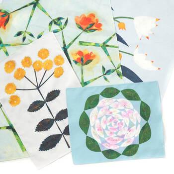 作家 安原ちひろさんが描いた、色とりどりのお花や食物が描かれた、アーティスティックなファブリックポスター。テキスタイルなので形やサイズもプリント生地とは違い、柔らかく鮮やかです。