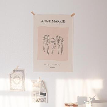 コットン100%の自然な色合いの布に描かれたチューリップがかわいいファブリックポスター。軽いので、同系色のマスキングテープで壁に貼っています。小さめの紙のポスターとともにナチュラルで優しい空間に。