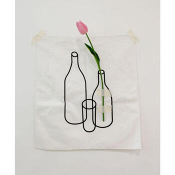 花瓶をシンプルに描いたファブリックポスター。そのまま壁に貼り付けるのはもちろん、生花や造花を一緒に貼り付けて、アート作品のようにお花が花瓶に刺さっているかのように見せるのもまた面白い。