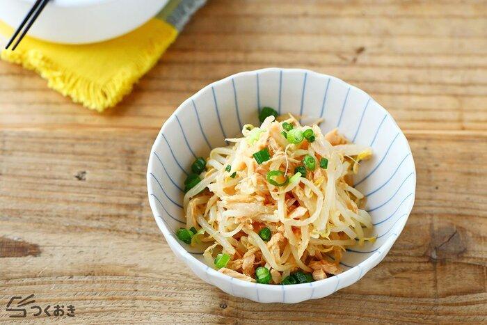 冷たいままでもおいしく食べられて、箸休めやおつまみにもぴったりな副菜、もやしとツナのさっぱり酢和え。ツナとごま油の旨味がきいて、とってもおいしい。