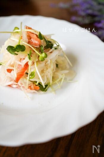 大根と玉ねぎのシャキシャキとした食感を楽しめるサラダ。スモークサーモンの鮮やかな色がアクセントに。