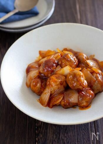 豚こまを丸めたお手軽肉団子を酢豚風に炒めて。玉ねぎの甘みも加わり、お箸が進みます!