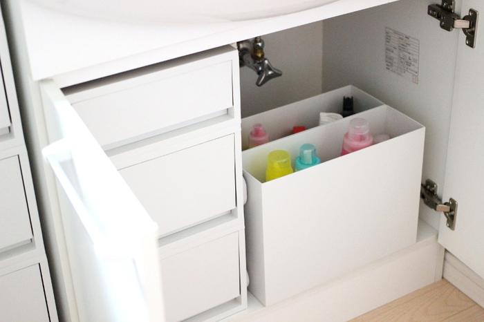 シンク下同様、洗面台の下にもファイルボックスは大活躍。洗濯洗剤や掃除用洗剤を入れておけば液漏れしても安心。  使う時はボトルだけ取り出しても、ファイルボックスごと取り出しても◎。