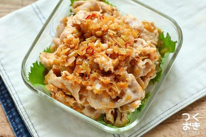 長ねぎたっぷりで薬味のきいたねぎだれ豚しゃぶのレシピ。お酢の酸味も相まって、食欲のないときもモリモリ食べられる一品に。