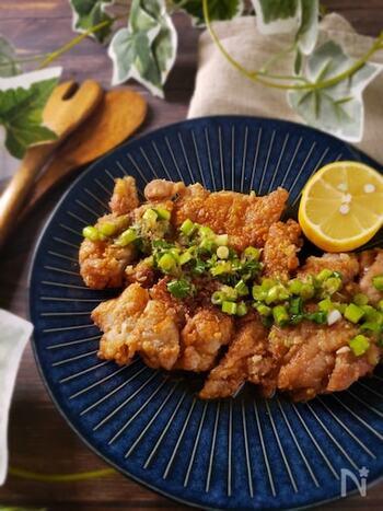鶏もも肉を豪快に丸ごと一枚揚げて、油淋鶏風の味付けに。生肉をカットする工程が省けるのでとっても簡単。