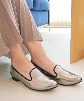 メタリックカラーにパイピングがスタイリッシュなオペラシューズ。晴雨兼用素材なので、これからの季節に重宝しそう。やや細めな爪先が女性らしく、ロングスカートやワンピースにもお似合いです。