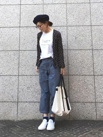マニッシュで清潔感のあるコーディネートには、オールホワイトのスリッポンを合わせて。パンツとソックスのブルーが差し色になり、涼しげな装いです。カジュアルなアイテムをきれいめに仕上げたお手本のようなコーディネート◎