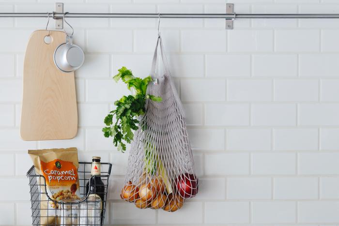 コットン100%のフランス製のネットバッグはナチュラルなベーシックカラー3色展開。雑貨はもちろん、通気性のよさを活かして野菜の収納にもおすすめです。玉ねぎやじゃがいもなど数種類をまとめ入れてキッチンのフックに掛ければ、省スペースでおしゃれに見せることができます。