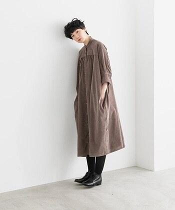ブラウンコーデュロイワンピースは、フレアシルエットが女性らしい印象を与えるアイテム。ワンピースとしてインナーやボトムスを合わせる着こなしはもちろん、羽織りとしても使える着回し力抜群のワンピースです。