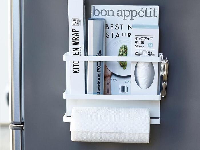 キッチンで必ず使うキッチンペーパー&ラップをまとめて収納できるホルダー。幅 29×奥行 8×高さ 20(cm)なので、 小さい冷蔵庫や、冷蔵庫の側面にも設置可能です。ラップホルダーには仕切りがついており、レシピブックや雑誌なども一緒に収納可能です。