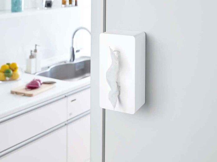 キッチンでよく使用するティッシュですが、意外と収納スペースをとるし、すぐに手が届くところに置いておきたくなります。こちら幅26×奥行13× 高さ 10(cm)のマグネット式のティッシュケース。