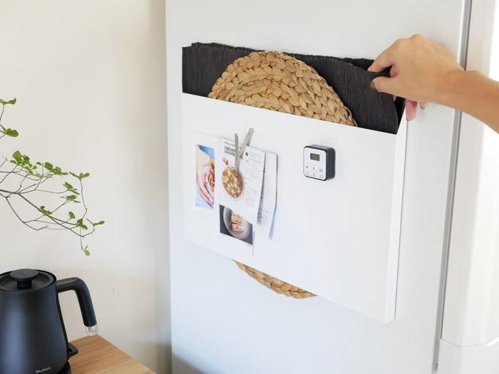 キッチンの収納場所に困るトレーやランチョンマットをまとめて収納できる便利なケース。幅45×奥行2×高さ30(cm)と、厚さもスリムなケースなので冷蔵庫の側面にすっきり設置できます。しかも本体はスチール製なのでさらに、マグネットを使ってメモを貼ったり、キッチンタイマーなどを付けて使用も可能です。