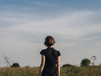 リトルブラックドレスなど、黒のアイテムを着ることの多かったオードリー・ヘップバーン。全身「ブラック」のコーデは、彼女の定番であると同時に、どんな女性もエレガントに見せてくれます。  彼女が美しいのは、日ごろから「エレガントでいるにはどうしたら良いか」を考えていたからなのかもしれません。