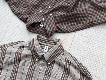 定番の「チェックシャツ」は、暖色系や起毛感のあるウールなど、色や素材を秋らしいものをチョイスしましょう。そのまま着るのはもちろん、たすき掛けや腰に巻いたりすればスタイリングのアクセントになります。