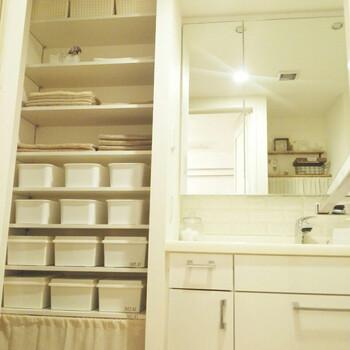 洗面所は特に清潔感が大切になる空間なので、ホワイトで統一すると◎。こちらの洗面所は収納用のボックスも白で統一されているので、とてもまとまり感があります。使い勝手も良さそうですよね!
