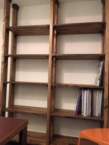 ディアウォールを使って作られている壁面本棚は、たくさんの本を収納するのにぴったり。壁一面にずらりと本が並ぶ様子は、読書好きなら一度は憧れますよね。すっきり本を収納できるところも◎