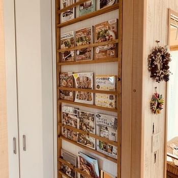 デッドスペースになってしまっている壁を活用して作られたブックシェルフは、薄めの本や雑誌を飾りながら収納するのにぴったり。なんだかカフェのようで素敵ですよね。表紙がおしゃれな雑誌をインテリアとしてディスプレイするのにもおすすめ。