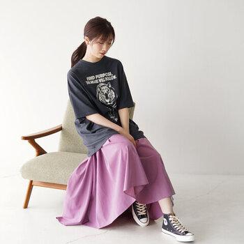 TIGERモチーフがインパクトのあるビッグシルエットTシャツ♪ギャザーたっぷりのパープルロングスカートと合わせて重心を下げておしゃれなリラックススタイルに。タイトなスキニーデニムと合わせるなど、バリエーション豊かに着まわせる便利な1枚です。