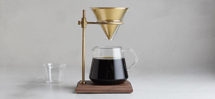 SLOW COFFEE STYLE SPECIALTY(スローコーヒースタイルスペシャルティ)のコーヒーウェアはどれも細部までこだわり抜かれた素材とデザインで、アートオブジェと言っても過言ではありません。  「ブリューワースタンドセット」のステンレスフィルターは、焙煎されたコーヒー豆から出てきた油分をそのままドリップするため、香り高いコーヒーになるそうです。フィルターを洗って何度でも使用できるところがサステナブル。環境に良いことをしながらドリップされる一滴一滴は、より深みのあるリッチなコーヒーとなること間違いないでしょう。