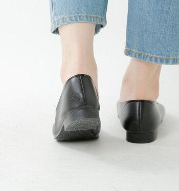 甲の部分よりも注意したいのは、かかとのフィット感。かかとをしっかりフォールドしてくれるものを選べば、パカパカ脱げることはまずないはず。素足に合わせることが多い靴でもあるので、かかとのフィット感は重視しておきたいですね。