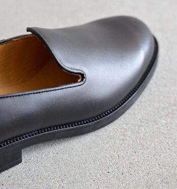 甲部分を広く覆うオペラシューズは、脱げにくく、安定感があるのが嬉しい。甲や爪先は少し余裕があっても大丈夫なので、足に快適なサイズ選びができるはず。ただ、サイド部分が浅めなデザインのものもあるので、隙間が気になるようであれば、中敷や靴下で適宜調整してみましょう。