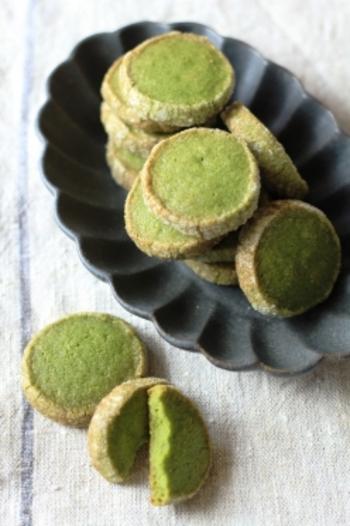 グラニュー糖のカリカリと生地のサクサクほろりの食感が楽しいクッキーです。順番に材料を入れたらフードプロセッサーにお任せ。バターが溶けないように手早く成形しましょう。