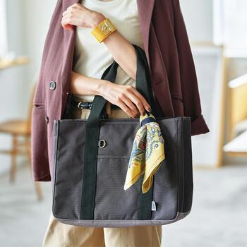 この厚手のバッグがエコバッグ?と思われた方、実はバッグの持ち手に付いているスカーフがエコバッグなのです。こうやっていつもバッグに付けておけば忘れませんし、ファッションのポイントにもなるので一石二鳥ですね◎