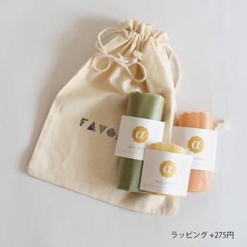 使い捨てラップの代わりに蜜蝋ラップはいかがでしょうか?岐阜県のミツバチの巣から採取した蜜蠟ベースのオイルをオーガニックコットンの生地にたっぷりと染み込ませて造られています。通常のラップのように食器に被せて使うことができ、洗って何度も使えますし、最後は埋めても土に還るという点がとってもエコなラップです。  色合いは、天然染色により仕上げられた、みつろう色・蘇芳色・泥色・翡翠色・青色の5種。どれも絶妙な色使いで迷ってしまいますね。