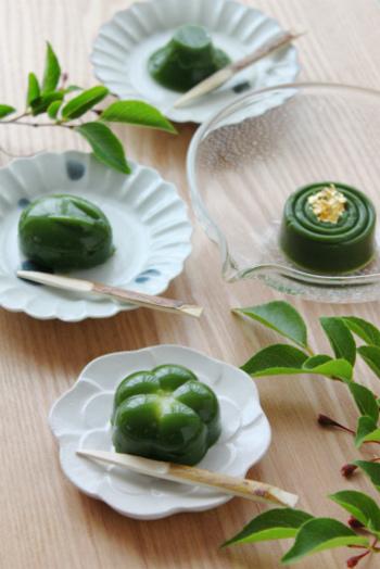 緑と白のコントラストが美しい白玉入り抹茶羊羹。白玉を豆腐で作ると冷やしても固くならずモチモチで美味しくいただけます。お好みの型で作ると一層楽しくなりますよ。