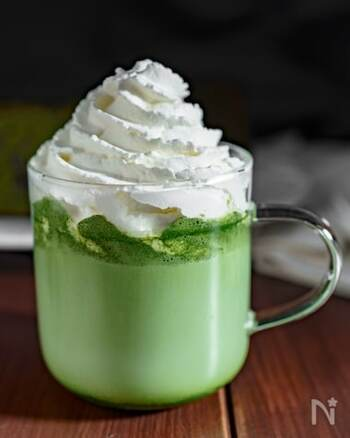 抹茶の味が濃厚な、程よい甘さのスタバ風の抹茶ラテ。穏やかな味わいなのでお菓子のお供にもぴったりです。抹茶パウダーはダマになりやすいので、牛乳で少しずつ溶いてくださいね。