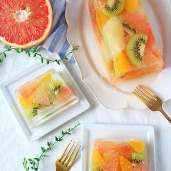 2種類のグレープフルーツにオレンジとキウイを加え、アガーのゼリーに閉じ込めました。レモン風味のゼリーのふるふる感と、ごろっと入った果実の口触りの対比が楽しめます。見ためは華やか、味わいは爽やかな、特別感のあるゼリーです。