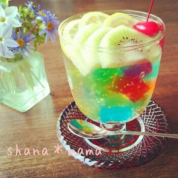 かき氷シロップでつくった色とりどりのゼリーをカットして、サイダーを注いだゼリーポンチ。虹色のゼリーが宝石みたいにグラスの中に沈みます。サイダーの代わりに牛乳を注いでもおいしいのだとか。